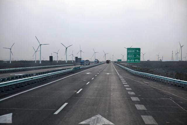 Wind power generators seen on the way from Turpan to Urumqi トルファン〜ウルムチ間の風力発電