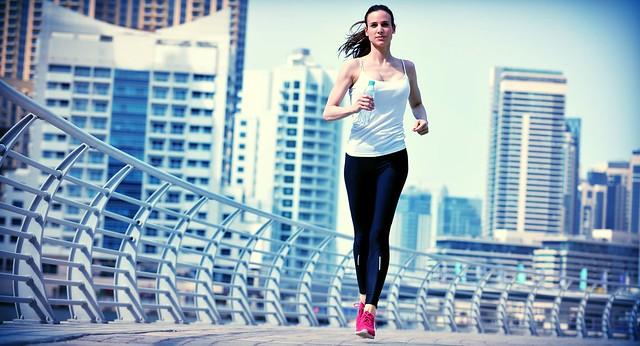 mujer corriendo haciendo ejercicios para adelgazar