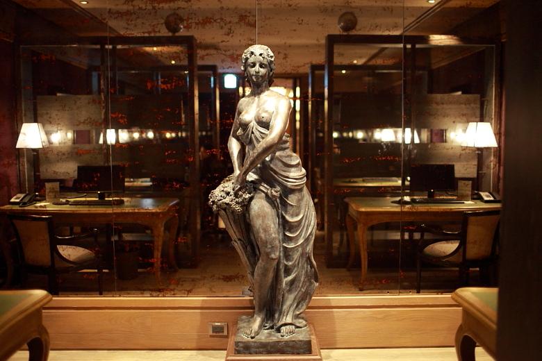lobby005.JPG