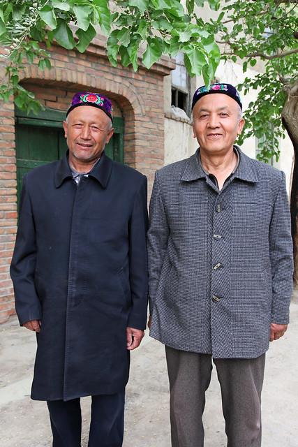 Men wearing flower embroidered doppa, Kumul (Hami) ハミ、花の刺しゅうのドッパを被った男性たち