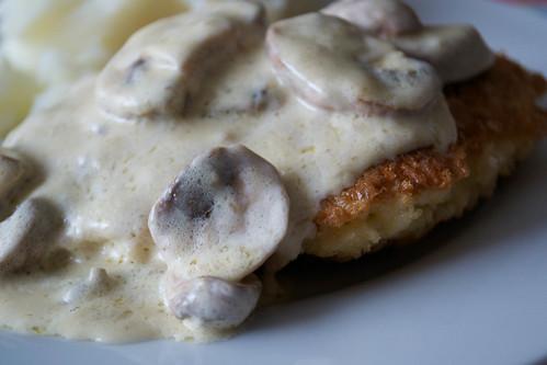 milanesas de pollo con salsa de champinones chicken milanesas with mushroom sauce