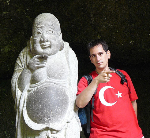 Con una estatua de Buda en Japón