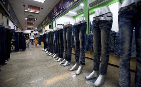 新塘鎮已發展為中國最大的牛仔服裝生產基地,從上世紀80年代至今,已形成完整的產業鏈,紡紗、染色、織布、整理、印花、製衣、洗漂都能在鎮裡完成。
