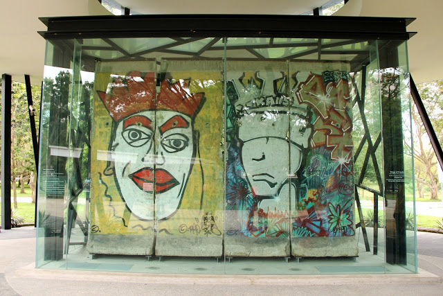 Porción de muro, protegido en Singapur (Asia), con unos preciosos murales originales  Muro de Berlin, viajero mundial por la paz - 9697659857 8742fef1f9 z - Muro de Berlin, viajero mundial por la paz