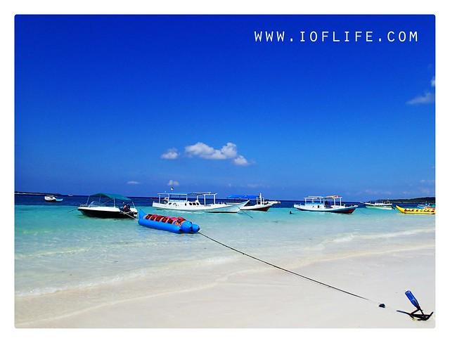 Pasir putih dan banana boat