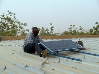 Dimaz installiert das Panel auf dem Dach der Schule in Pathiri