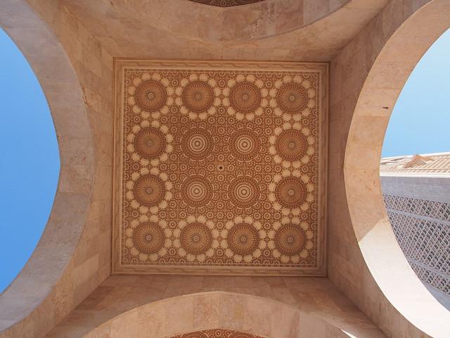 宣禮塔旁通道的屋頂也雕刻了美麗的花紋