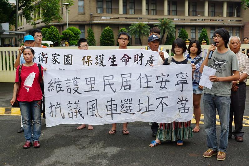 11日,苑里反疯车自救会与声援学生赴行政院要求江宜桦出面负责。(摄影:王颢中)