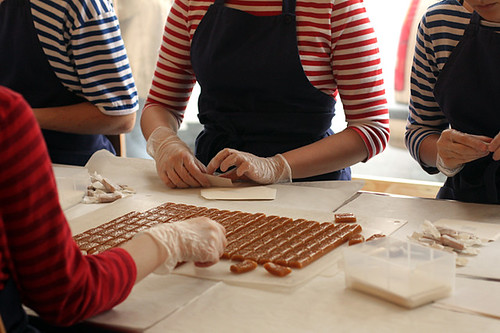 wrapping caramels in stockholm at Pärlans Confectionary/Konfektyr