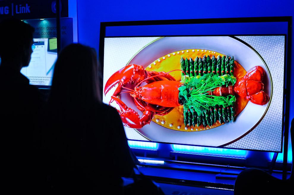 Una pareja contempla las impresionantes imágenes del  Samsung F8000 Smart LED TV y S9 UHD 4K TV, lanzado en el 2013 causando mucho revuelo y comentarios al rededor del mundo. (Elton Núñez)