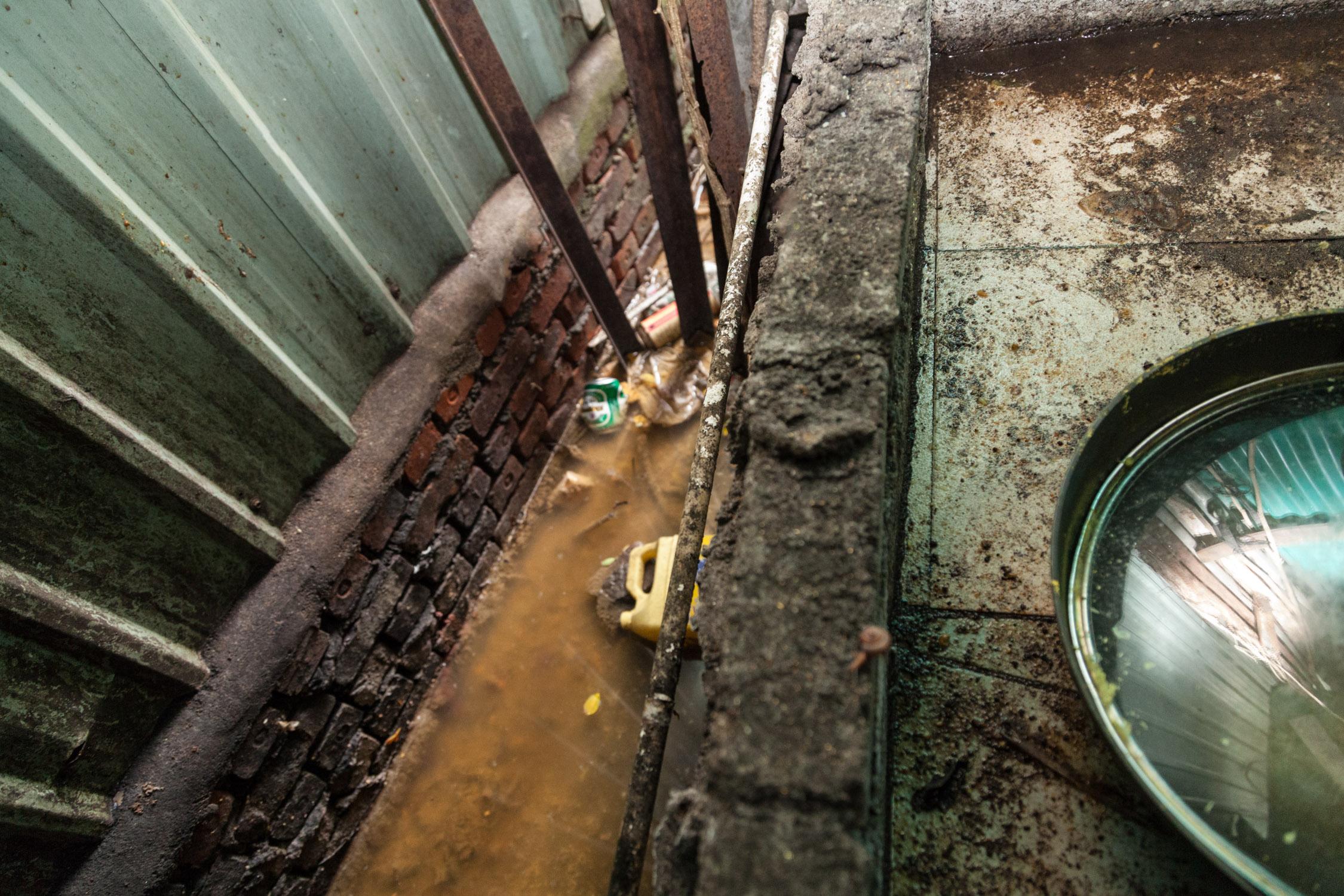 洗手間並沒有排污系統而且糞便淤塞於露天的渠道, 洗手間又與廚房為鄰, 衛生環境相當惡劣, 而廚房簡直是在一個細菌滋生的溫床, 在這地方煮食難怪有數名難民生病