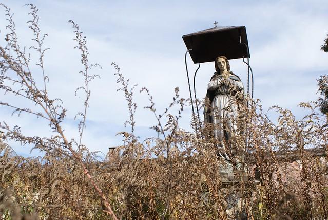 Statue de Marie... dans ce qui est devenu un parking à Cracovie
