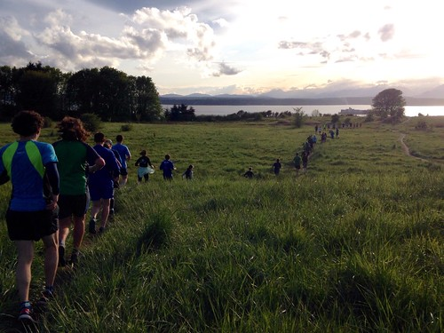 たくさんの参加者と夕方のディスカバリーパークを一列で走ります。