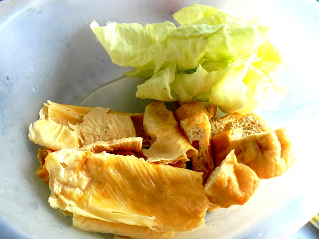 Bean curd sticks, tofu puffs and cabbage