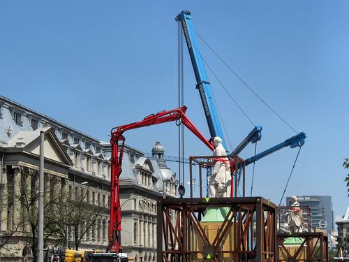 [Reinstalarea statuilor din faţa Universităţii -- fotografie de Alex Panoiu, pe Flickr]