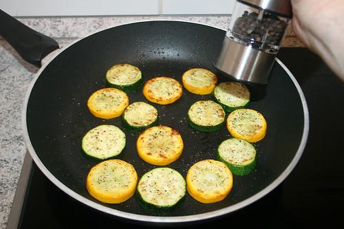 28 - Zucchini anbraten & würzen / Roast zucchini & taste