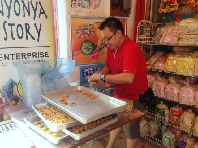 nyonya story enterprise pineapple tart - jonker street