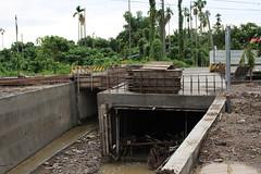 兩個涵管,右邊為新增的涵管,用來增加排水量。