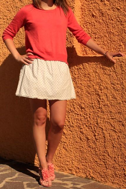 falda blanca y coral