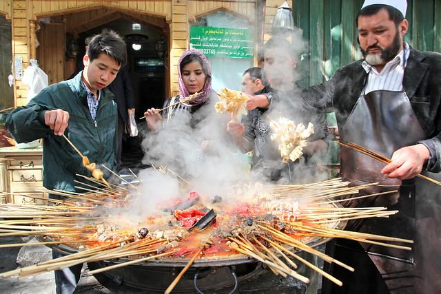 People at an Uyghur snack stand, Urumqi ウルムチ、山西巷の串物屋台