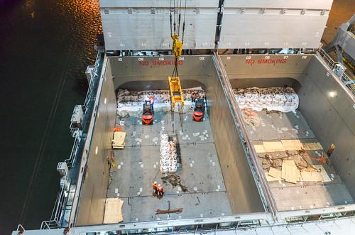 Unloading the break bulk cargo from the tweendeck