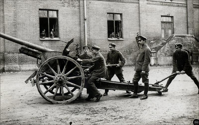 Bedienmannschaft, Deutsche Soldaten bei der Ausbildung an der Kanone 1914-18