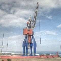 crane vessel (floating)(0.0), vehicle(0.0), drilling rig(0.0), jackup rig(0.0), mast(0.0), wind(0.0), machine(1.0), construction equipment(1.0), crane(1.0), oil field(1.0),