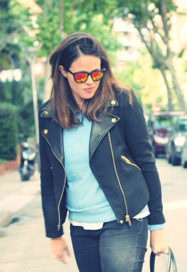 Look Sudadera azul + total black - Monicositas