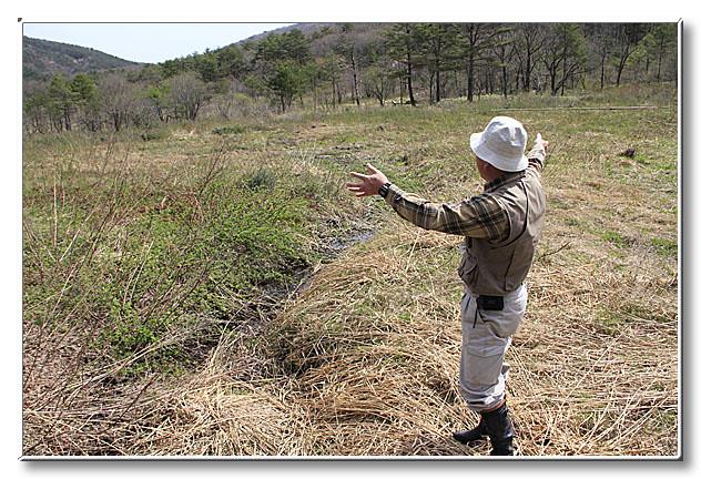 自然再生事業を行った霧ヶ谷湿原の概要や,カスミサンショウウオの生息環境についてお話をきいた.