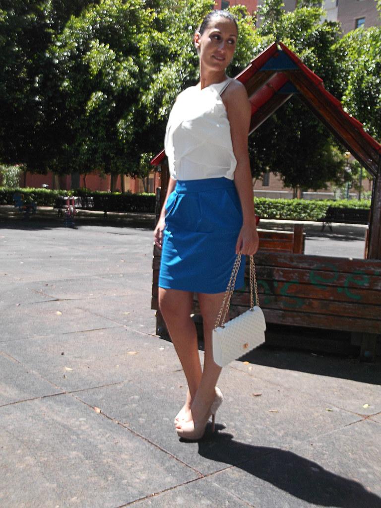 blusa blanca a capas, falda azul eléctrico, peep toes rosa muy claro, flores talón, top knot,pendientes Swarovski, white pleated blouse, electric blue skirt, clear pink, flowers heel,earrings