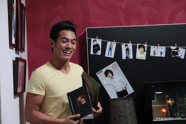 Setia Hujung Nyawa Raya - Zain berusaha menceriakan El dengan membuat buku skrap pelakon Korea, Lee Min Ho