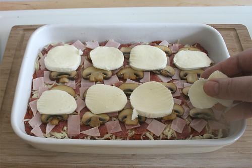 29 - Mozzarella darüber verteilen / Cover with mozzarella