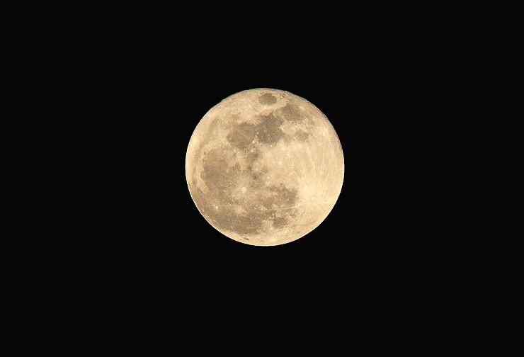 昨天的超級月亮  從房間窗戶拍的~