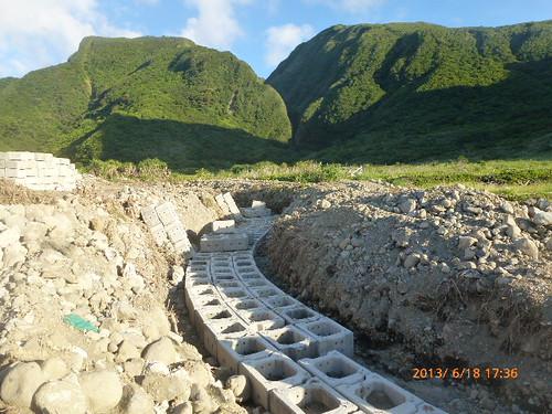 朗島玉女岩旁野溪整治工程。徐嬋娟攝。