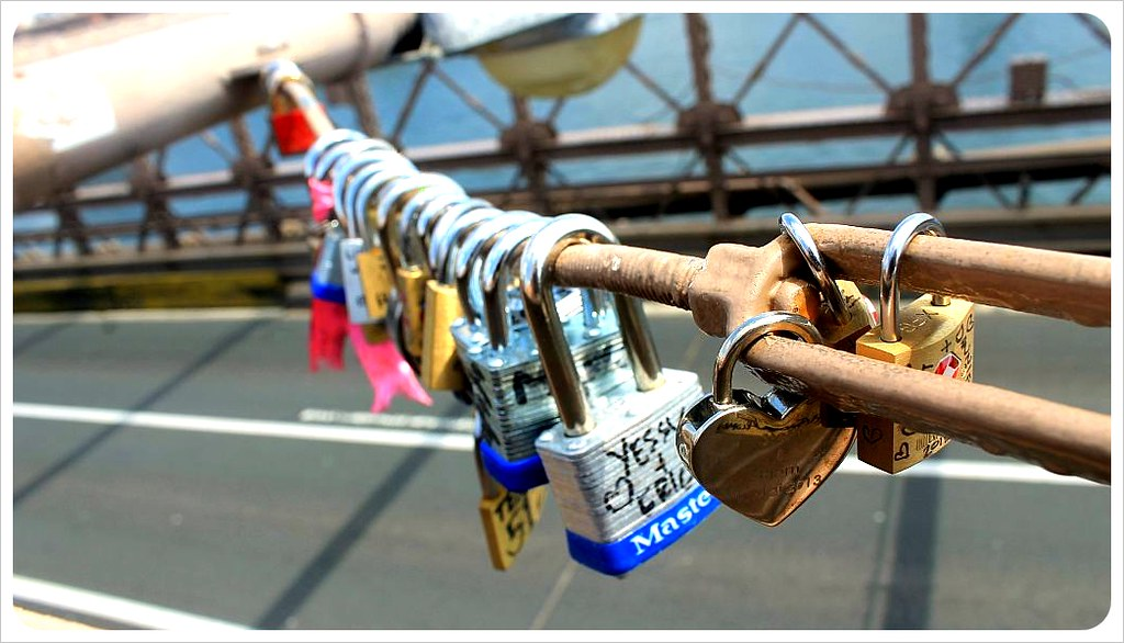 brooklyn bridge new york love locks lamp pole