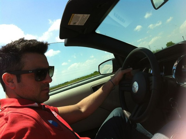 Nos gusta mucho viajar en coche, sentir la libertar de hacer lo que queramos y donde queramos ... no hace falta que os diga que conducir un Ford Mustang es una pasada.