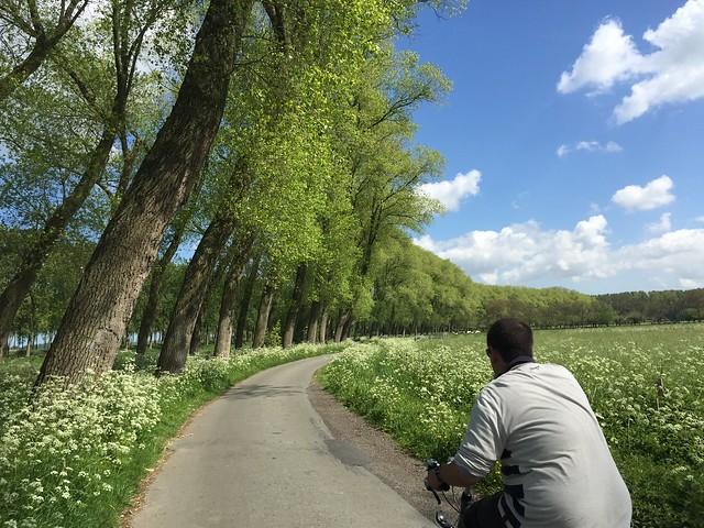 Sele montando en bici en Brujas camino a Damme (Flandes)
