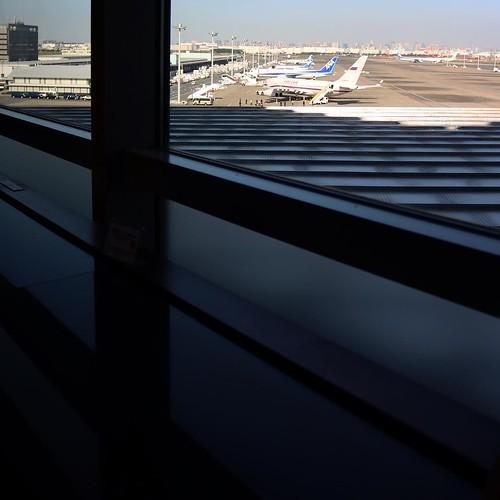 羽田空港のラウンジ。カウンター席から見える飛行機。