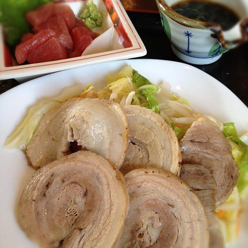 ゆで豚とまぐろブツの定食にしました。朝から…。