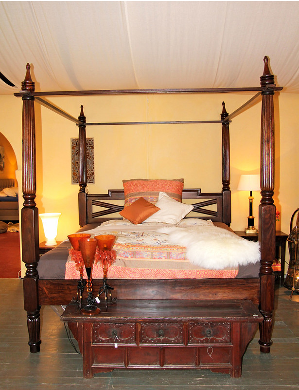 COLONIAN BED