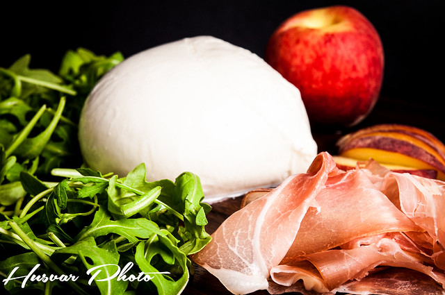 fneasy fresh & easy peach_and_prosciutto_pizza husvar_photo neil_husvar