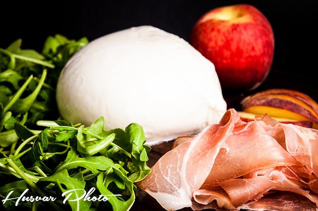 fneasy fresh & easy peach_and_prosciutto_pizza husvar_photo neil_husvar
