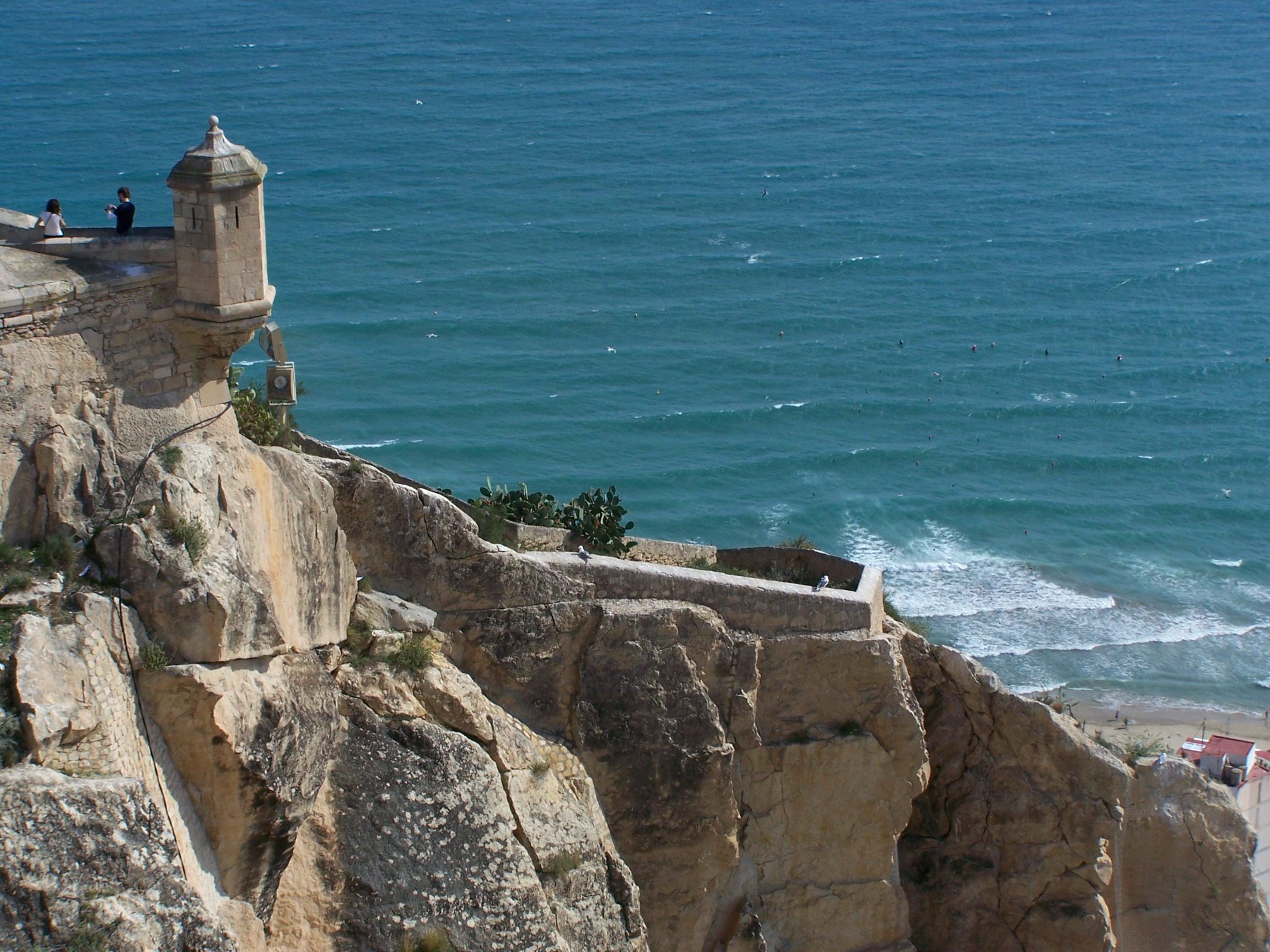 Vista del mar desde el castillo de Santa Bárbara, Alicante. Autor, Karolsl