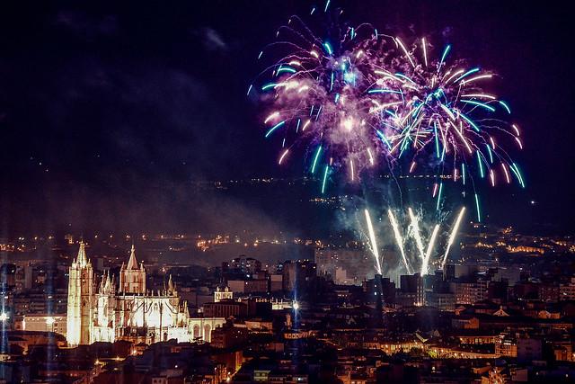 Cuatro fiestas verano viajar AVE - Fuegos artificiales en las fiestas de San Juan y San Pedro en León