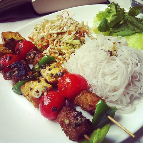 Kebab- och tofuspett på Loving hut, mitt första riktiga mål mat i den här stan. Obeskrivligt gott! #vadveganeräter i Paris.