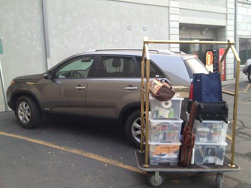 倉庫に荷物を入れる