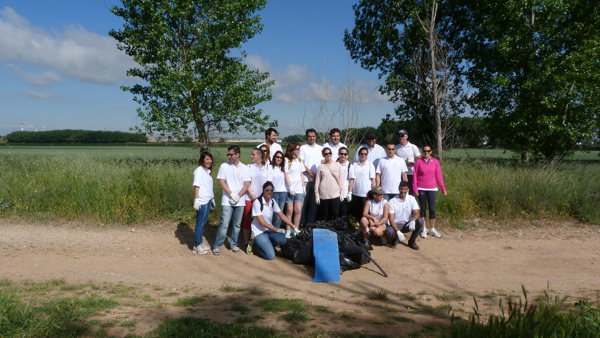 Voluntarios de Ab InBev en jornada de recogida de residuos en el Río Henares