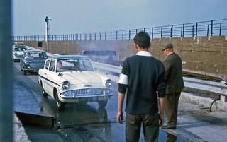 1968-06 013 Ankomst Rosslare bilar sprutas mot mul o klövsjuka