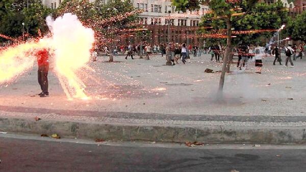 Cinegrafista Santiago Andrade no momento em que é atingido pelo rojão que causou sua morte durante a cobertura de um protesto no Rio de Janeiro, 2013 - Créditos: Reprodução