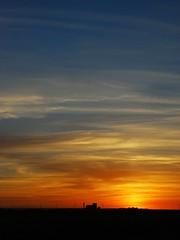 Coucher de soleil sur le silo à grains et les éoliennes à Luxemont-et-Vilotte